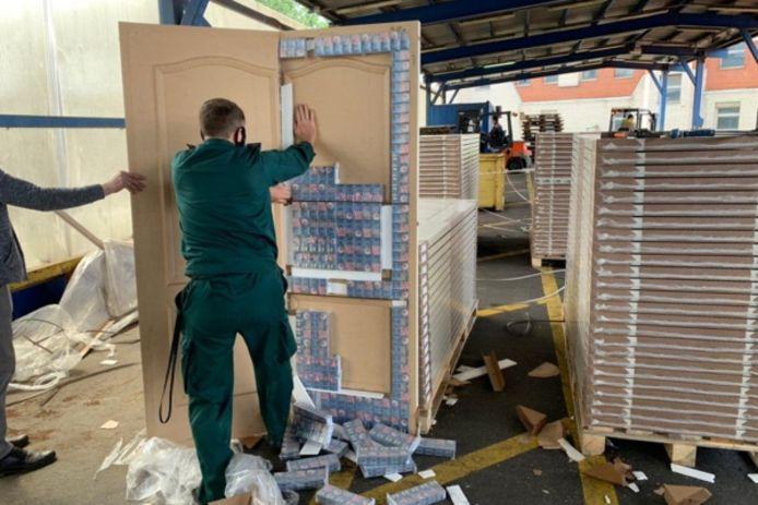 Met de ontdekking van de smokkellijn heeft de Russische douane de export van 188.000 illegale pakjes sigaretten naar Nederland voorkomen.