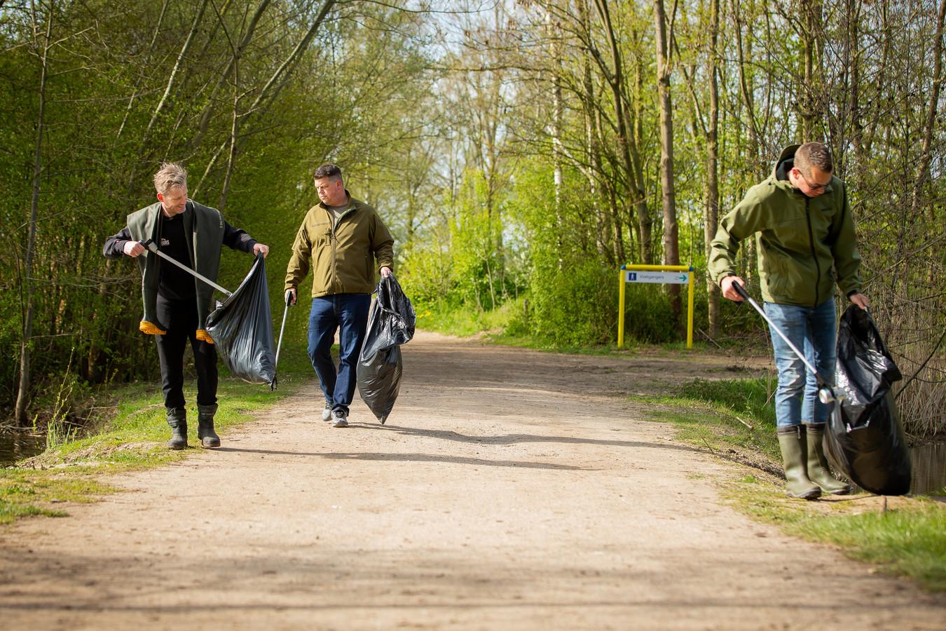Vissers ruimen recreatiegebied de Berendonck bij Wijchen op.