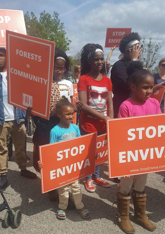 Inwoners protesteren tegen de komst van een pelletfabriek.