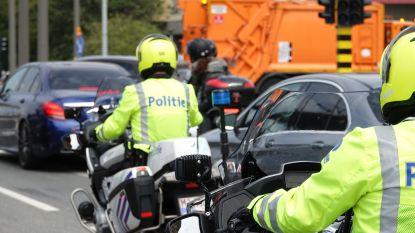 Motorrijder zonder rijbewijs en beschermende kledij de baan op