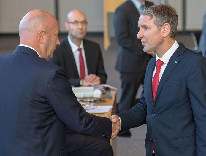 De kersverse premier Thomas Kemmerich (l)  wordt gefeliciteerd door AfD-leider Björn Höcke.