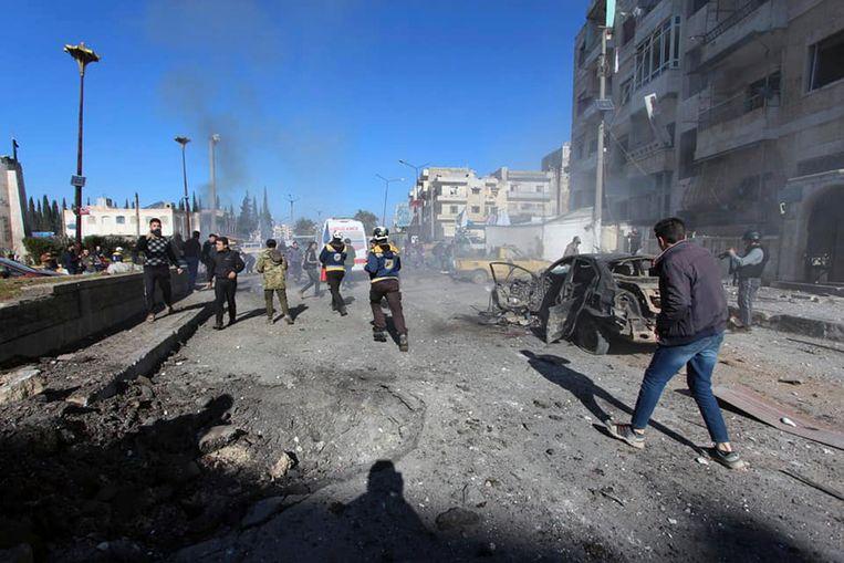 Burgers en reddingswerkers na de luchtaanvallen door het Syrische regime.