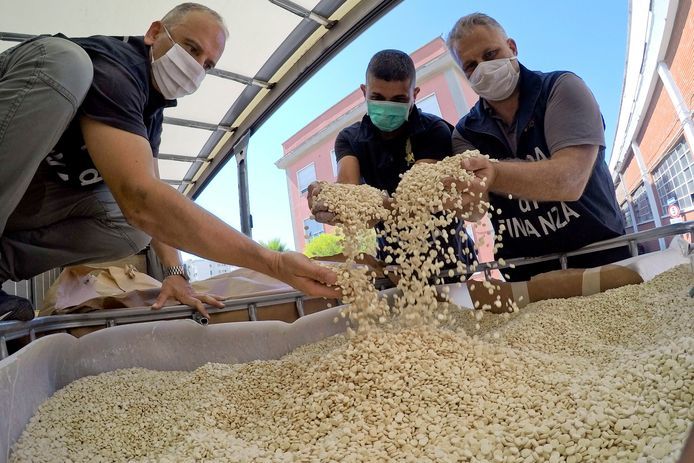 De Italiaanse politie inspecteert een in beslag genomen lading amfetamine met het Captagon-symbool.