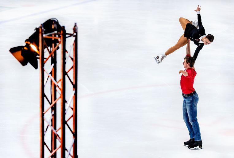 Michel Tsiba en Daria Danilova komen ondanks een val tot een prima score: 88.23. Beeld Klaas Jan van der Weij / de Volkskrant