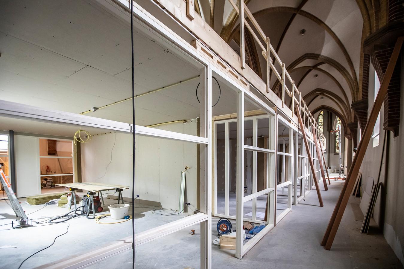 Op de begane grond zijn de lokalen groter dan op de verdieping erboven, waar ook nog een gang gecreëerd moet worden. Maar overal komt glas, heel veel glas.