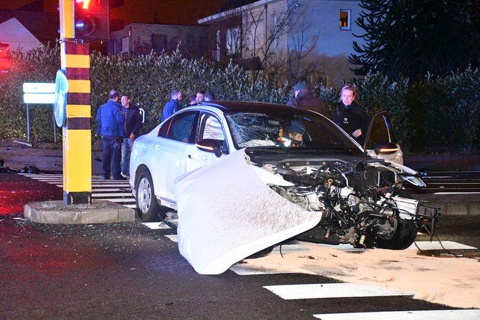 De aangereden wagen raakte zwaar beschadigd.