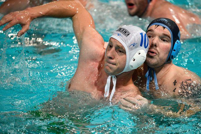 Rody van de Vliert (met nummer 10) keerde terug in het zwembad. 'Het water bleef trekken'.