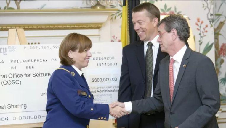 Het heuglijke moment in de Amerikaanse ambassade, nu bijna acht jaar geleden. Beeld Photo News