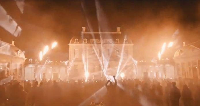 De combinatie van het oude Huis de Voorst met de moderne licht- en lasertechniek, dat is wat het bruidspaar mooi vond aan de spetterende finale van hun huwelijksfeest.