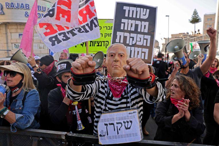 Demonstranten die willen dat Netanyahu vertrekt bij het gerechtshof in Jeruzalem.  Beeld AFP