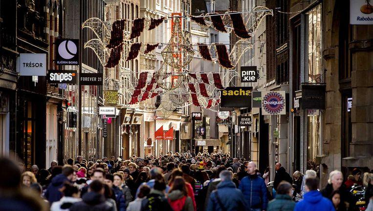 Winkelend publiek in het centrum van Amsterdam. Beeld ANP