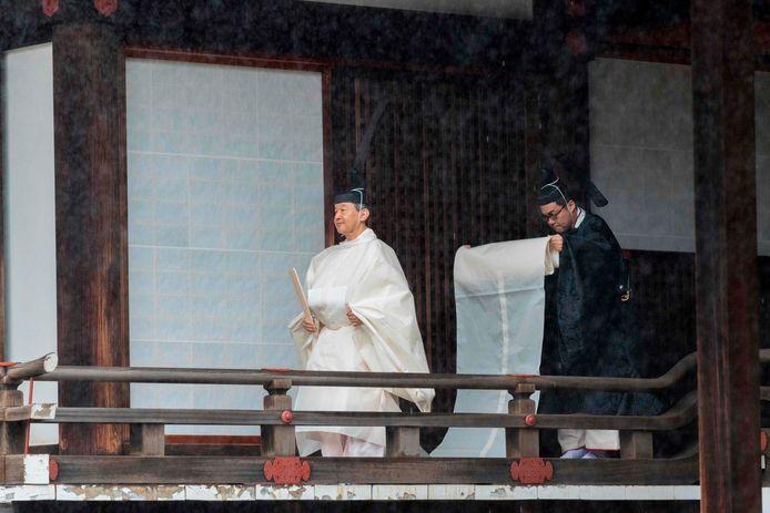 De nieuwe keizer, hier nog op weg naar de ceremonie, vanochtend vroeg.