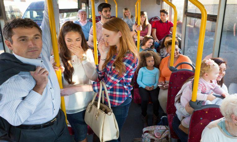 Bus vol vrouwen geeft aanrander zijn verdiende loon