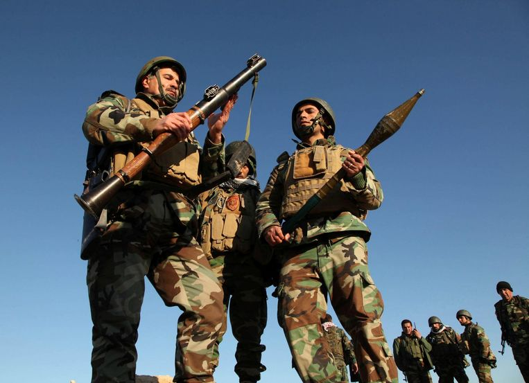 Peshmerga-strijders in de buitenwijken van Mosul. Beeld reuters