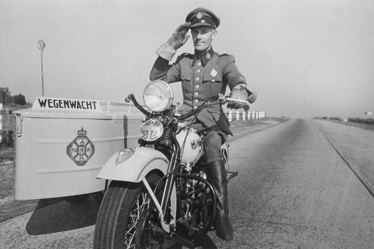 In het het prille begin van de Wegenwacht werd er met Harley Davidsons gereden: een erfenis van de geallieerden die in de Tweede Wereldoorlog Europa hadden bevrijd.