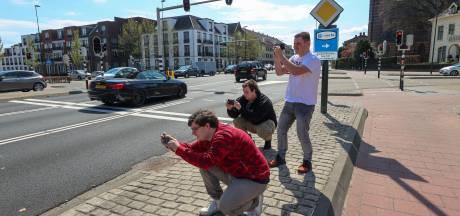 Carspotters zoeken naar snoepjes op de weg