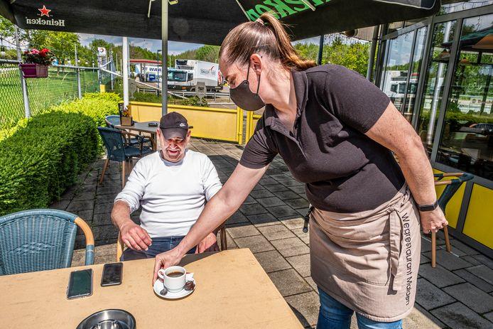 Chauffeur Leon Kessels krijgt een kopje koffie bij wegrestaurant Malden.