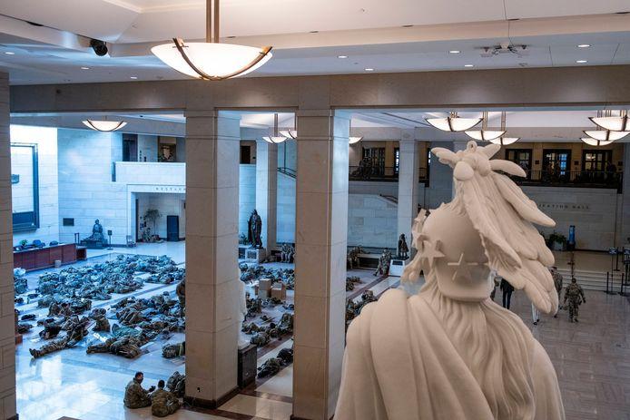Vandaag mochten de nationale gardisten wel weer uitrusten in de gebouwen van het Capitool zelf.