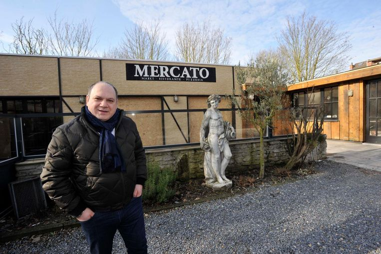 Zaakvoerder Lorenzo Di Siervi voor zijn restaurant dat drie maanden geleden uitbrandde.