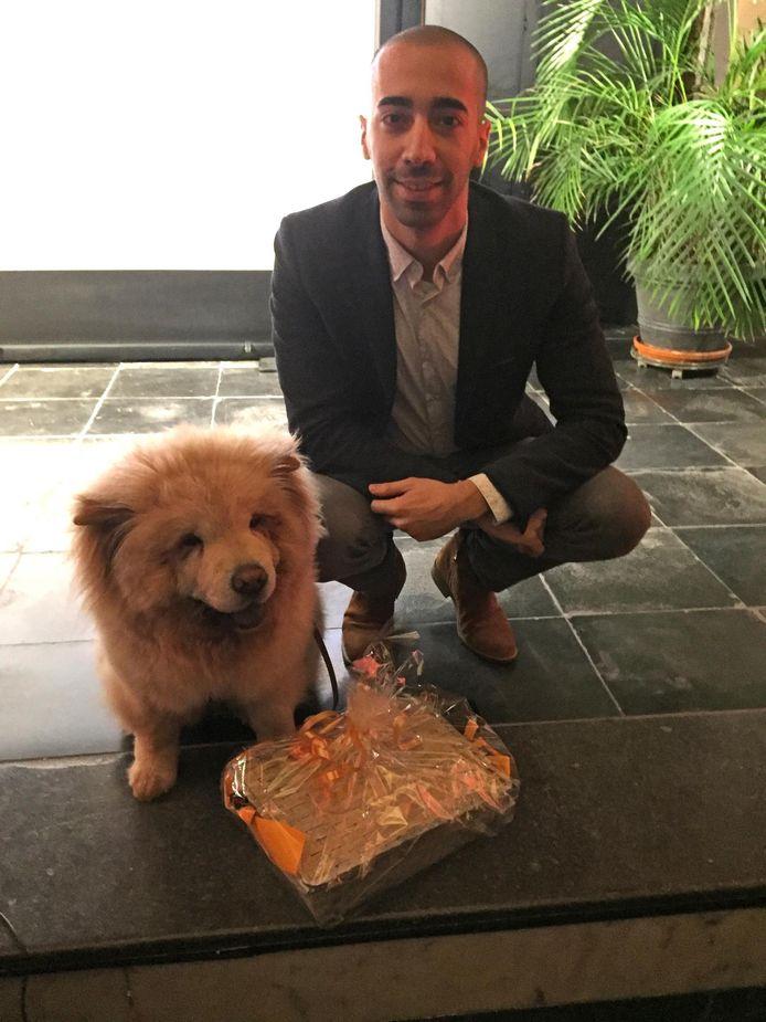 Sammy Mahdi met de 'wereldberoemde' hond Pamuk.