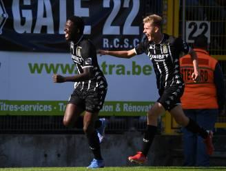 Charleroi pakt zege tegen Beerschot na spectaculaire pot voetbal: Nicholson scoort hattrick, Antwerpenaren eindigen match met negen