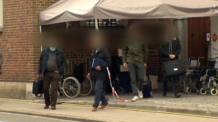 Onderzoekers aan het vaccinatiecentrum van Sint-Truiden.