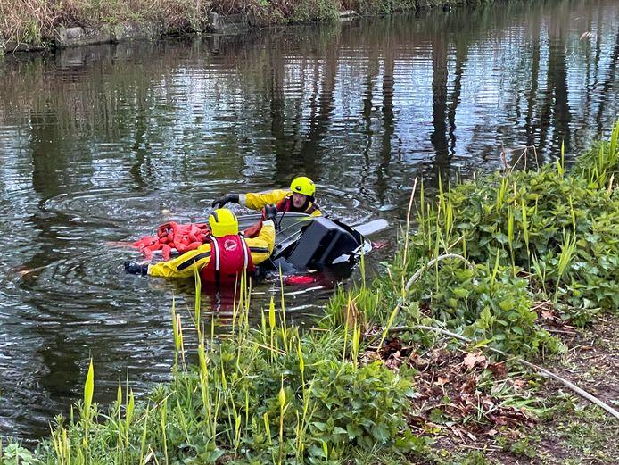 Auto te water in Eindhovens kanaal na woninginbraak in Helmond.