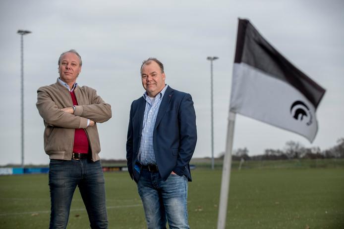 Voorzitter Pjotr van der Horst (links) en bestuurslid Theo Weijers op het veld van Achilles'29.