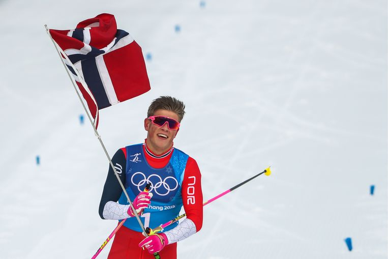 Langlaufer Johannes Hoesflot Klaebo na de gewonne estafette. Beeld Valery Sharifulin/TASS