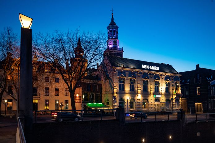 Het monumentale pand aan de voet van de stadsbrug in Kampen. Inmiddels is de ABN Amro vertrokken uit het gebouw.