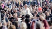 """De paus is geen fan van smartphones: """"Verhef uw hart, niet uw telefoon"""""""