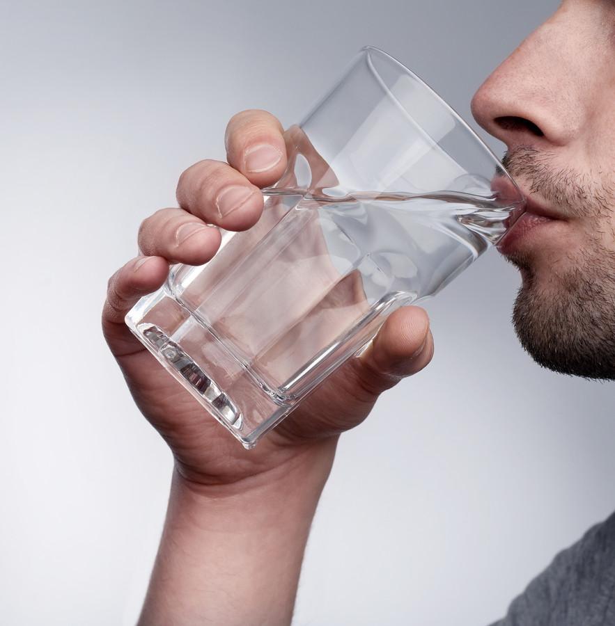 Vijf glazen water per dag is echt te weinig.