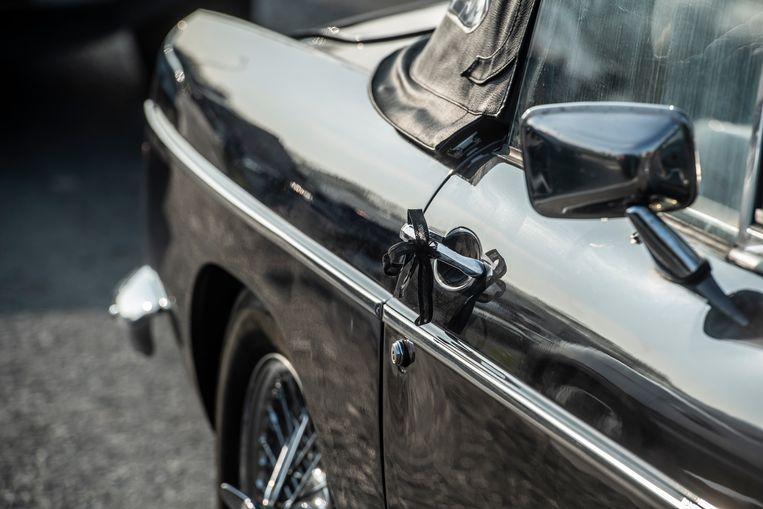 Quasi alle auto's waren voorzien van rouwlintjes.