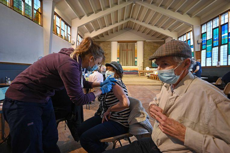 In een kerk in Sheffield worden de in Oxford ontwikkelde AstraZeneca-vaccins toegediend. Beeld AFP