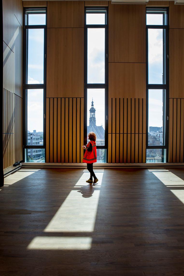 Een van de studio's van het Koninklijk Conservatorium, met uitzicht op de Nieuwe Kerk. Beeld Pauline Niks