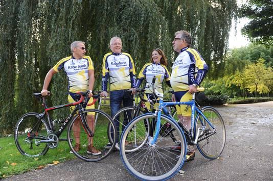 Voorzitter Peter van Helvoort (tweede van links) op archiefbeeld met leden van toerclub De Pionier uit Raamsdonksveer. 'Laat ons het juiste perspectief houden, het is maar hobby'.