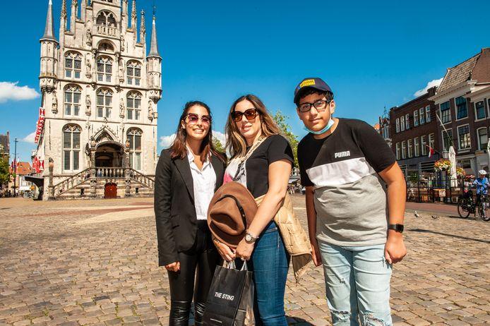Dija Cohen uit Cannes (Fra) en haar nicht Miriam Layli en neefje Rayan uit New York op bezoek in Gouda.