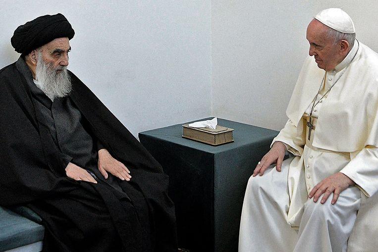 De als gematigd bekendstaande ayatollah Ali al-Sistani in gesprek met paus Franciscus. Beeld AFP