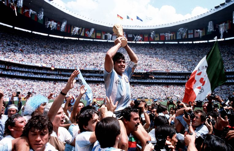 Maradona viert de WK-overwinning in 1986. Beeld Getty Images