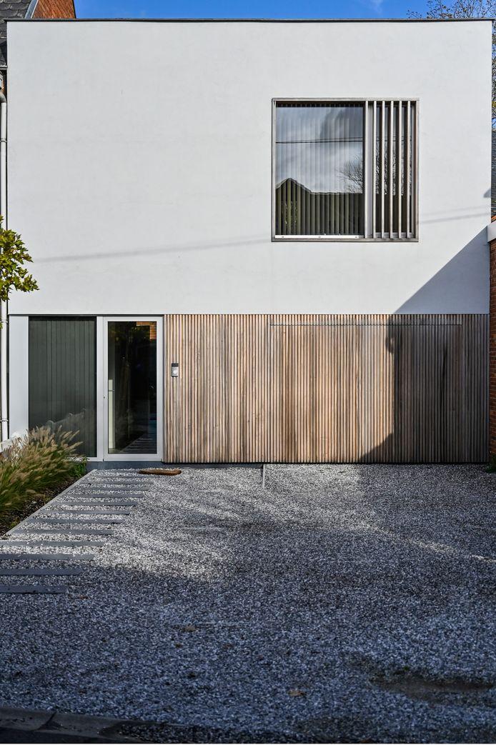 De gevel van het huis valt op met houten elementen.