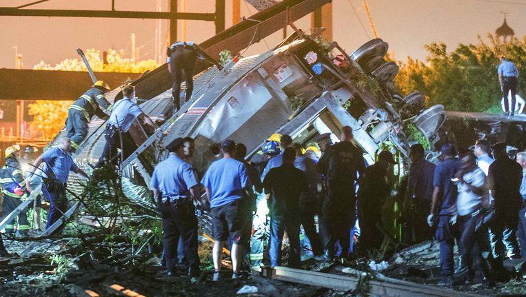 De ontspoorde trein in Philadelphia. Beeld REUTERS