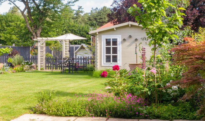 In een Engelse tuin mag de natuur haar gang gaan. Net als in Belgische tuinen, bekleedt het gazon hier een centrale rol.