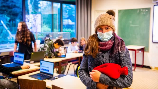 """Koukleumen in de klas door ventilatie: """"Leraars vinden het onbeleefd als we onze jas aanhouden"""""""