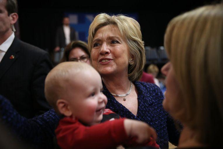 Clinton voerde maandag campagne in het plaatsje Waterloo in Iowa. Met nog drie weken te gaan voor de caucus in de staat, moet ze oppassen dat ze niet opnieuw een gevoelige nederlaag lijdt in de boerenstaat. Beeld AFP