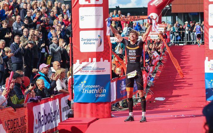 Evert Scheltinga als winnaar van het NK triatlon in 2017.