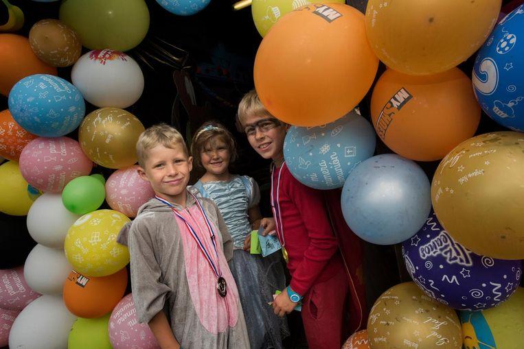 Met kleurige ballonnen werden de kinderen verwelkomd op het slotfeest.