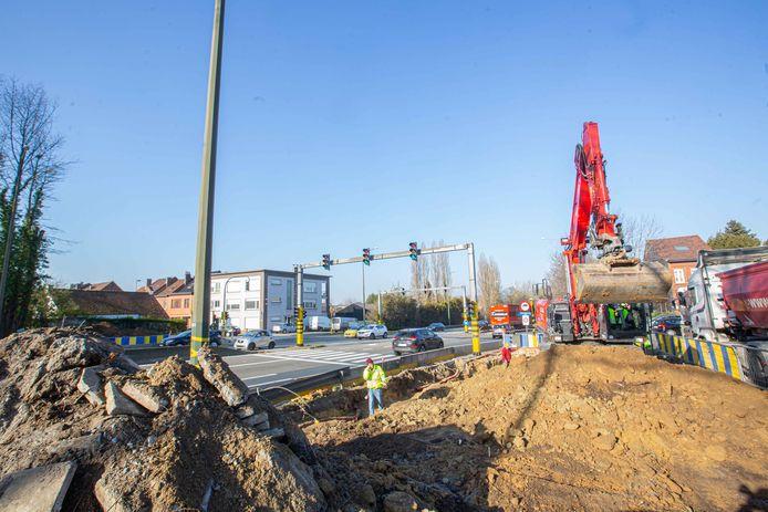 Het Agentschap Wegen en Verkeer is gestart met de bouw van de stalen voetgangersbrug over de A8.