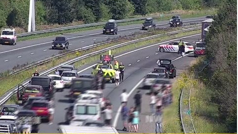 De A29 werd afgesloten na het ongeval. Het verkeer werd later weggesluisd.