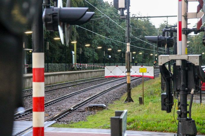 De brandweer heeft witte schermen geplaatst op het spoor in Wezep.