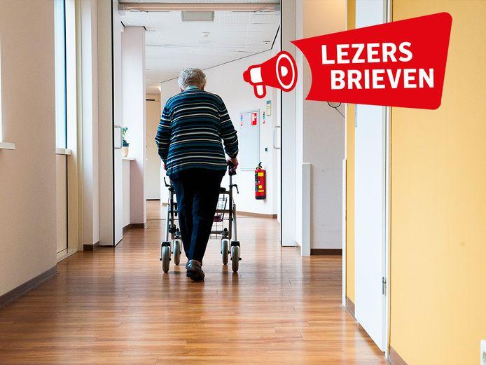 Een oudere verplaatst zich door de gang van verzorgingshuis Meulenvelden in Didam.